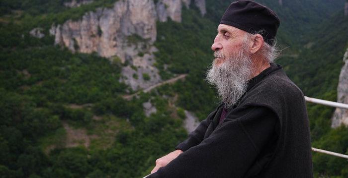 Современный монах, как когда-то Симеон, избрал радикальный способ уединения. /Фото:bigpicture.ru